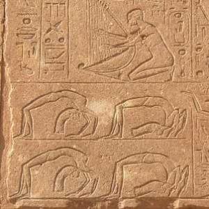 Yoga égyptien : exemple de postures de yoga dans le temple de la reine Hatchepsout à Karnak