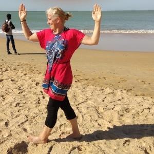 Yoga égyptien : la marche égyptienne avec torsion